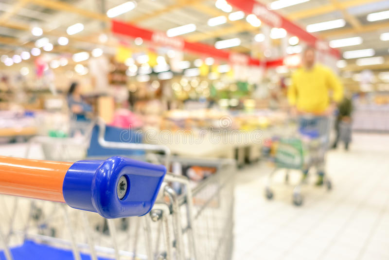 Suddig defocused livsmedelsbutiksupermarket - Consumerismbegrepp arkivfoton