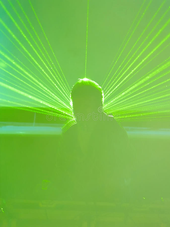 Suddig discjockey i gräsplanlaser-strålarna arkivbild