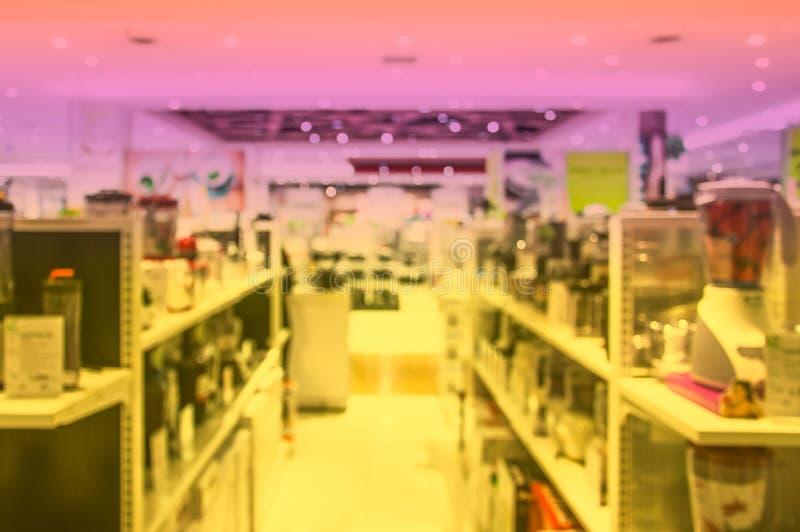Suddig elektronikavdelning i gallerian fotografering för bildbyråer