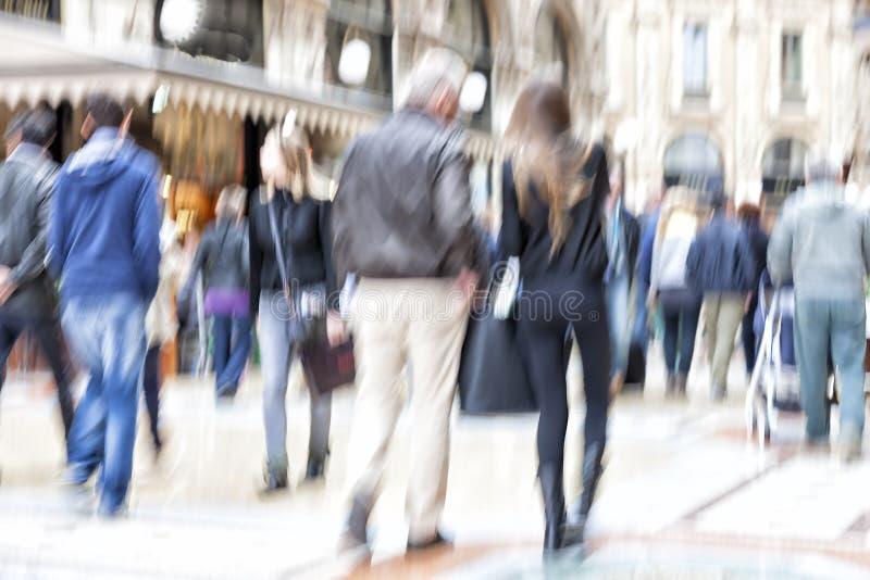 Suddig gångare i staden, zoomeffekt, rörelsesuddighet royaltyfria foton