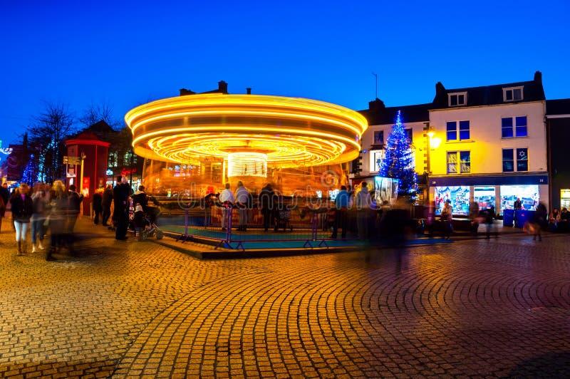 Suddig karusell för rörelse på natten i Waterford, Irland arkivbild