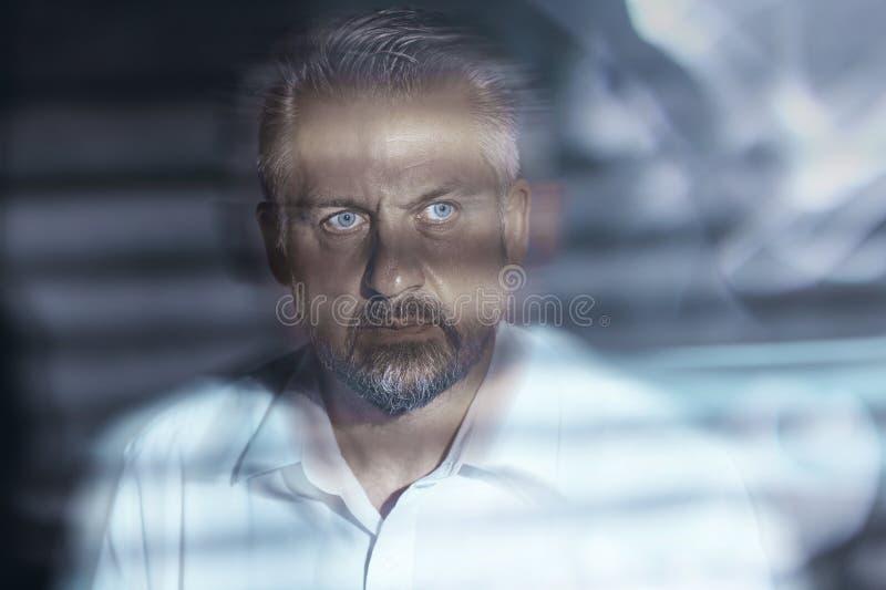 Suddig närbild av en besvärad medelålders framsida för man` s med ögon arkivbild