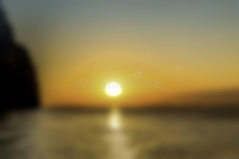 Suddig naturbakgrund H?rlig guld- solnedg?ng Solbana reflekterad i vattnet Bl? m?rk himmel arkivfoton
