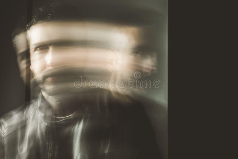 Suddig rörelseeffektman i rörelse Stående av en grabb royaltyfri bild
