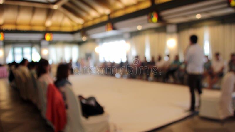 suddig seminariumhögtalare i seminarium fotografering för bildbyråer