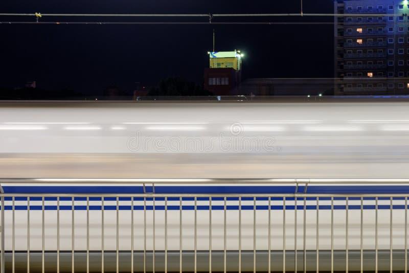 Suddig sida av spring för drevrörelserörelse i station fotografering för bildbyråer