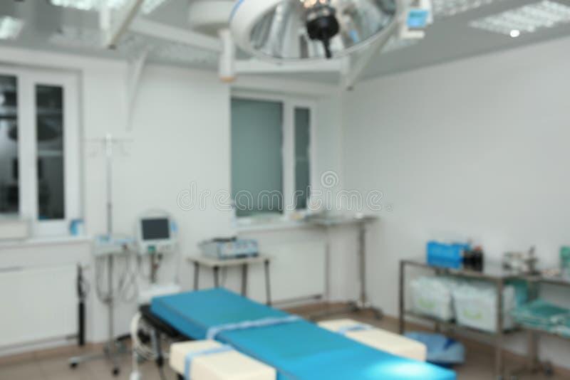 Suddig sikt av kirurgirum i klinik arkivbild