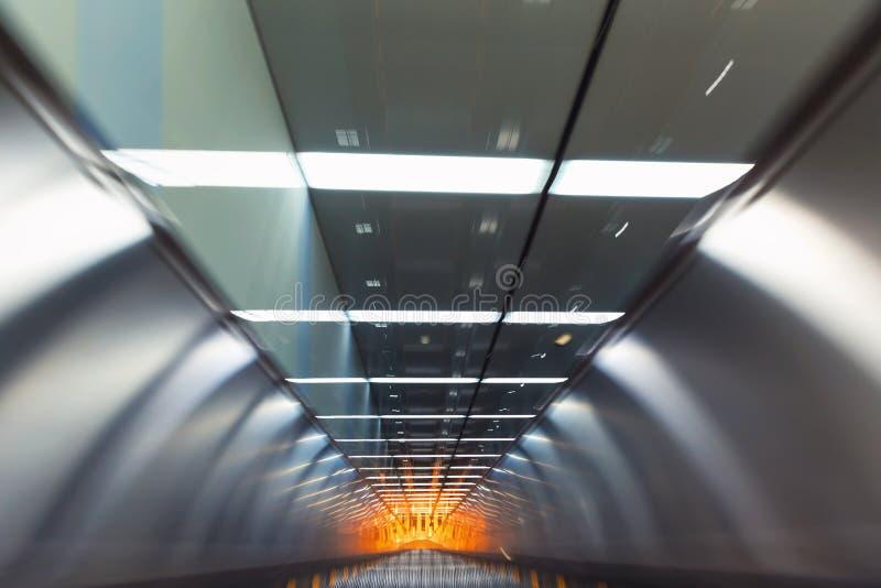 Suddig sikt för rörelse av en rulltrappa royaltyfri foto