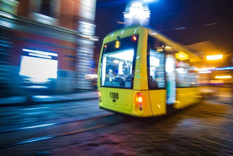 Suddig spårvagn för Lviv natt på historiska härliga gator royaltyfri bild