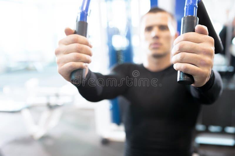 Suddig stående av mannen i idrottshall royaltyfri bild
