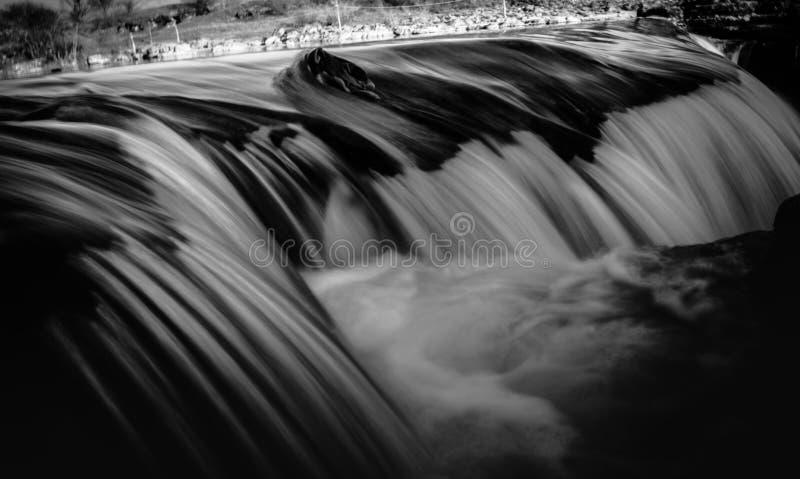 Suddig svartvit bild av vattenfall royaltyfri fotografi