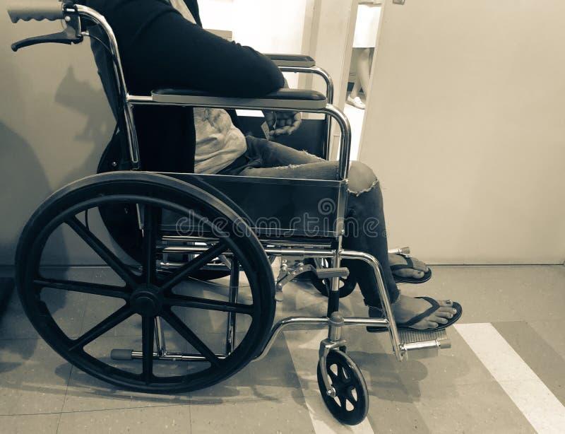 Suddig tålmodig väntande på diagnos i sjukhusbakgrund arkivbild
