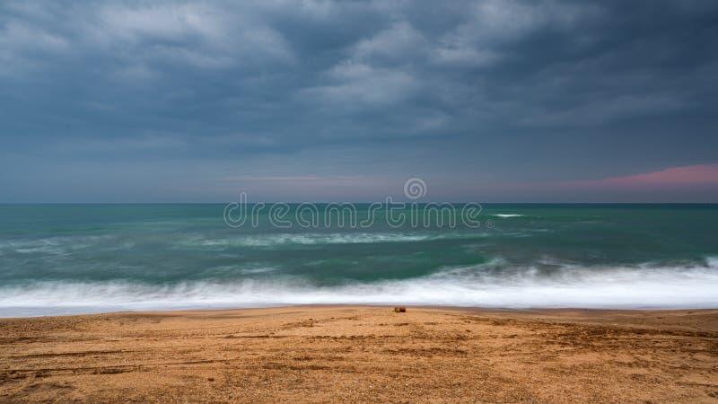 Suddig vågrörelse och tom strand arkivfoton