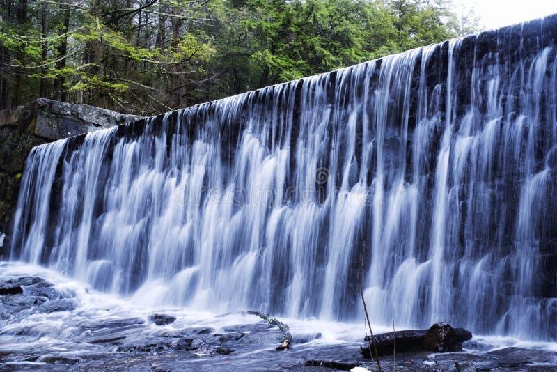 Suddig vattenfallbakgrundsvinter New England royaltyfri bild