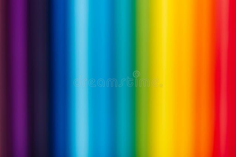 Suddiga färgblyertspennor i rad på gul bakgrund royaltyfria bilder