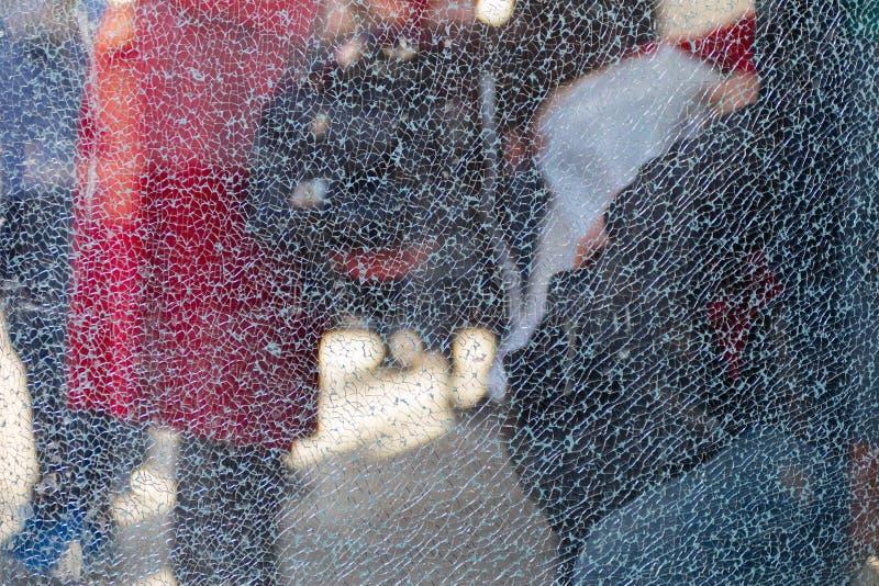 Suddiga konturer av folk bak brutet exponeringsglas Bot - ingrepp av sprickor idérik bakgrund Kvinnligt profilera Töm designmalle royaltyfria foton