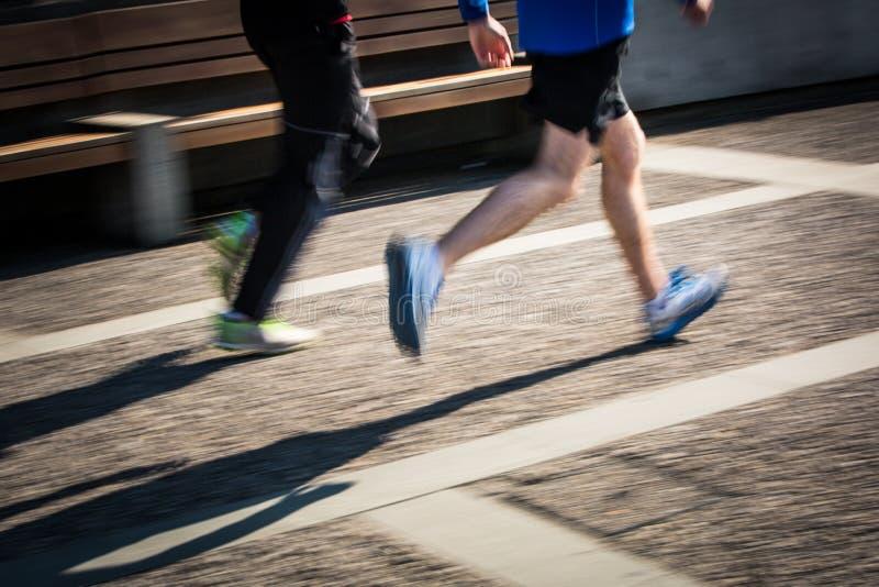 Suddiga löpares för rörelse fot i en stadsmiljö arkivbilder