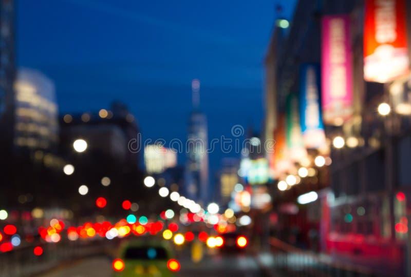 Suddiga nattljus av den Manhattan gatan i New York City, NYC royaltyfri fotografi