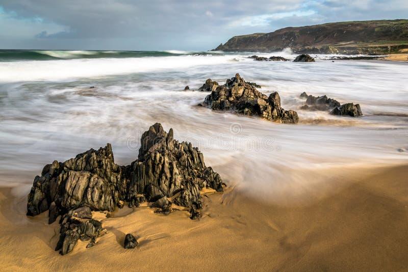 Suddiga vågor på en strand arkivfoto