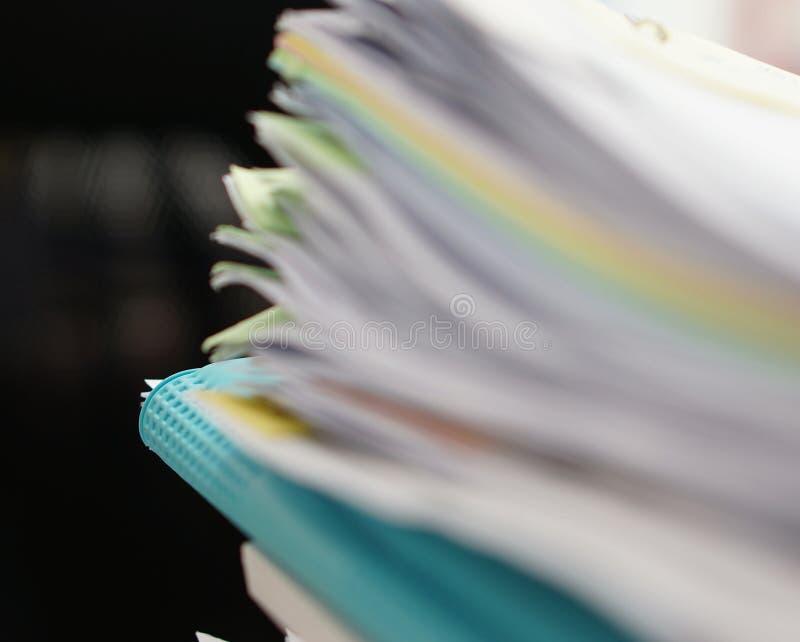Suddighet av mappen av dokument och den blåa mappen arkivbild