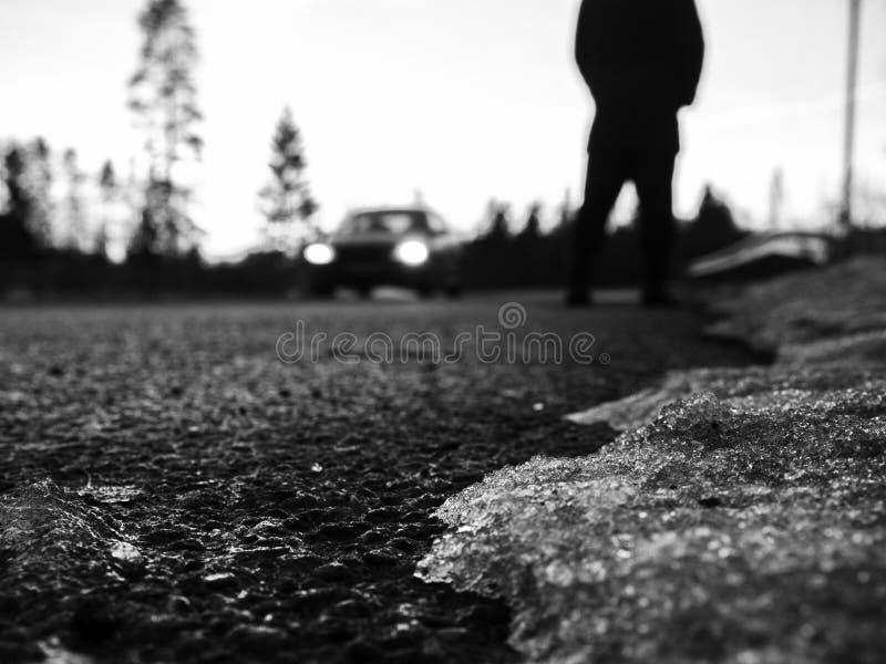 suddighet bakgrund Gå i stads- stad Nära övre sikt på mans ben, bilbillyktor royaltyfri fotografi