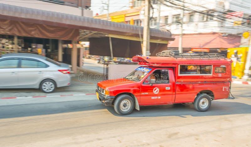 Suddighetsbild av den oidentifierade chauffören och turister i röd bilvehicl royaltyfri foto
