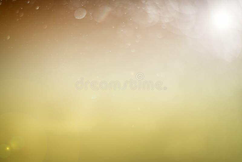 Suddigt abstrakt bokehljus av klipsk vattenbakgrund, jul två signalfärger royaltyfri fotografi