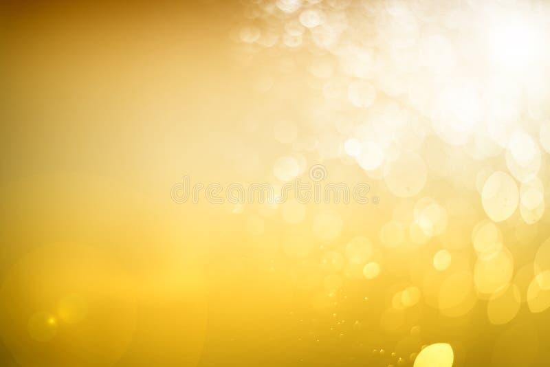 Suddigt abstrakt bokehljus av klipsk vattenbakgrund, jul två signalfärger royaltyfria foton