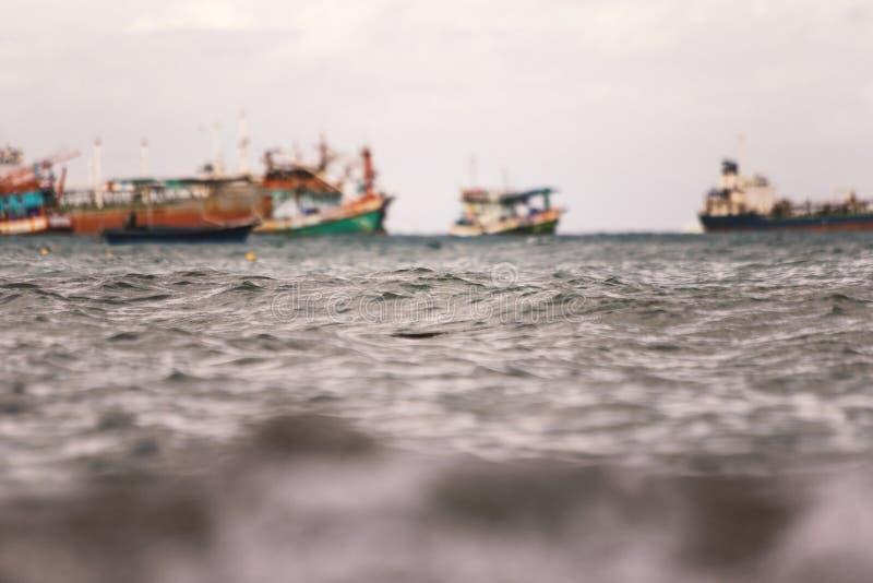 Suddigt av fiskebåtflötet i havet fotografering för bildbyråer