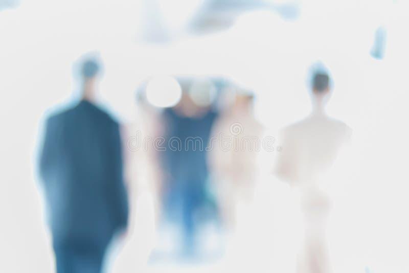 Suddigt av folk som går i korridoren av en affärsmitt, royaltyfri fotografi