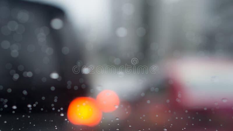 Suddigt av trafikljus i regnig dag med kopieringsutrymme royaltyfri fotografi