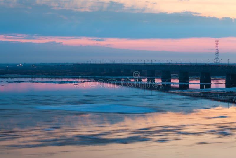 Suddigt för rörelse för iskvarter på Amur River, Ryssland royaltyfri bild