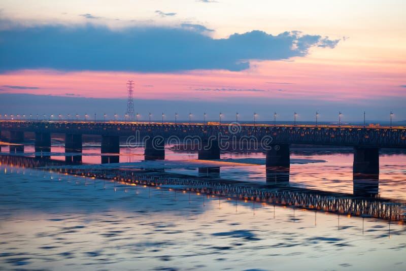 Suddigt för rörelse för iskvarter på Amur River, Ryssland royaltyfria bilder