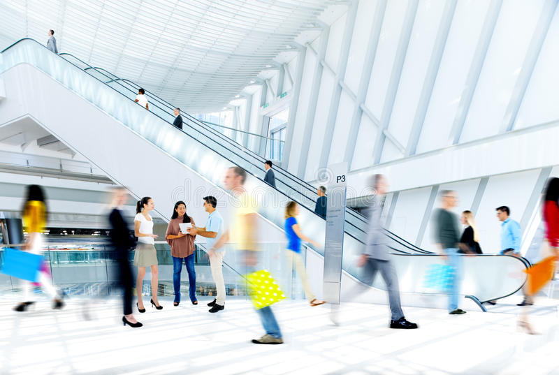 Suddigt folk för rörelse i shoppinggallerian arkivbilder