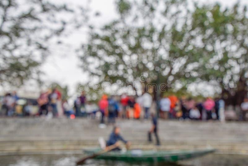 Suddigt foto, defocus eller ut ur fokus mycket folk till det väntande brädet fartyget på Hanoi, Vietnam arkivbilder