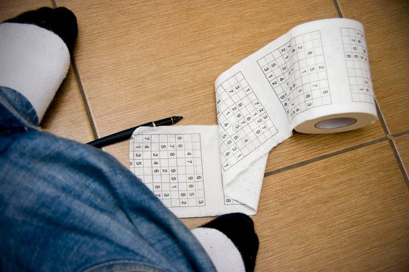 Sudoku Langeweile in der Toilette lizenzfreies stockfoto