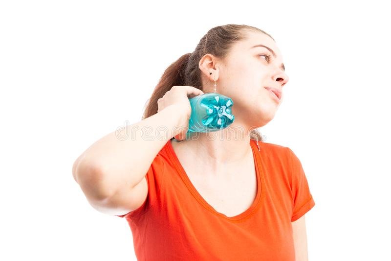 Sudore della giovane donna attraente che si raffredda con la bottiglia di acqua fotografie stock