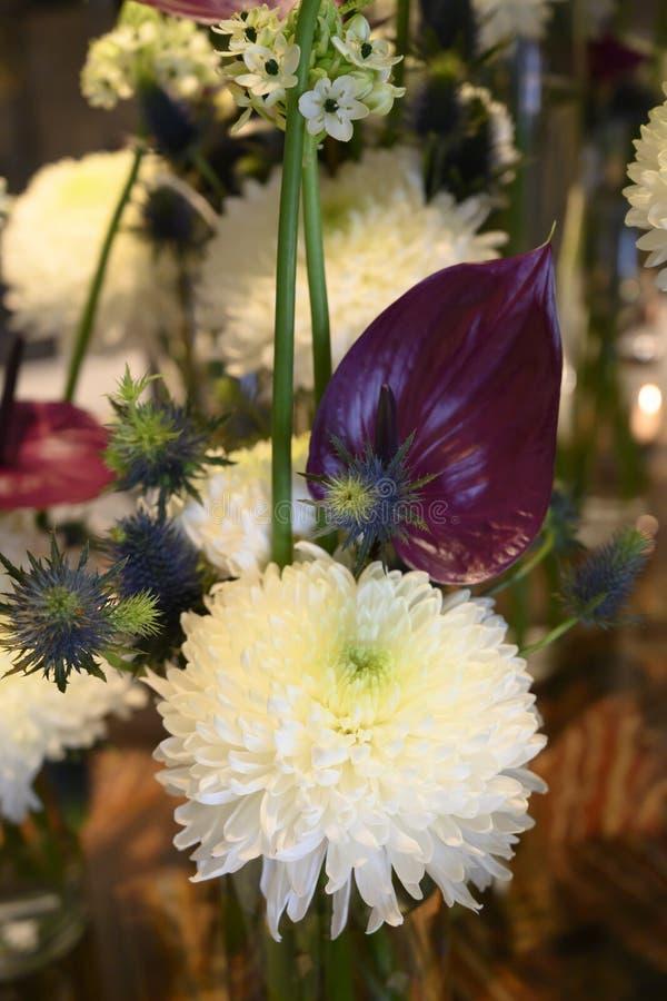 Sueño blanco de la flor del invierno con el crisantemo, Anturia, helecho, cardo, centro de flores hermoso fotografía de archivo