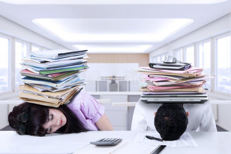 Sueño cansado de dos empresarios en oficina imagen de archivo