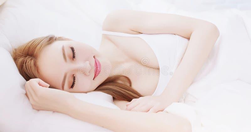 Sueño de la mujer en la cama fotografía de archivo