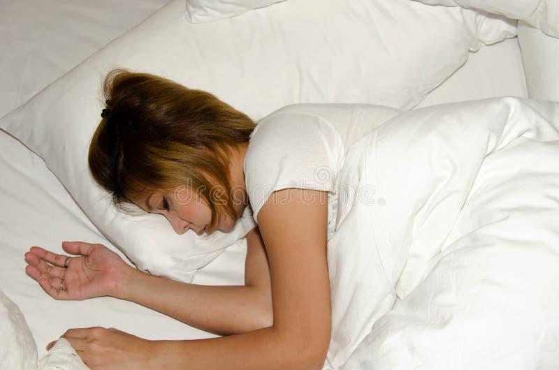 Sueño de la mujer en cama fotografía de archivo