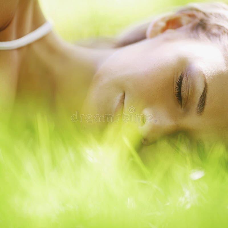 Sueño de la mujer en hierba imagen de archivo libre de regalías
