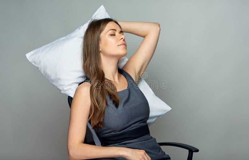 Sueño de la mujer de negocios en silla de la oficina foto de archivo