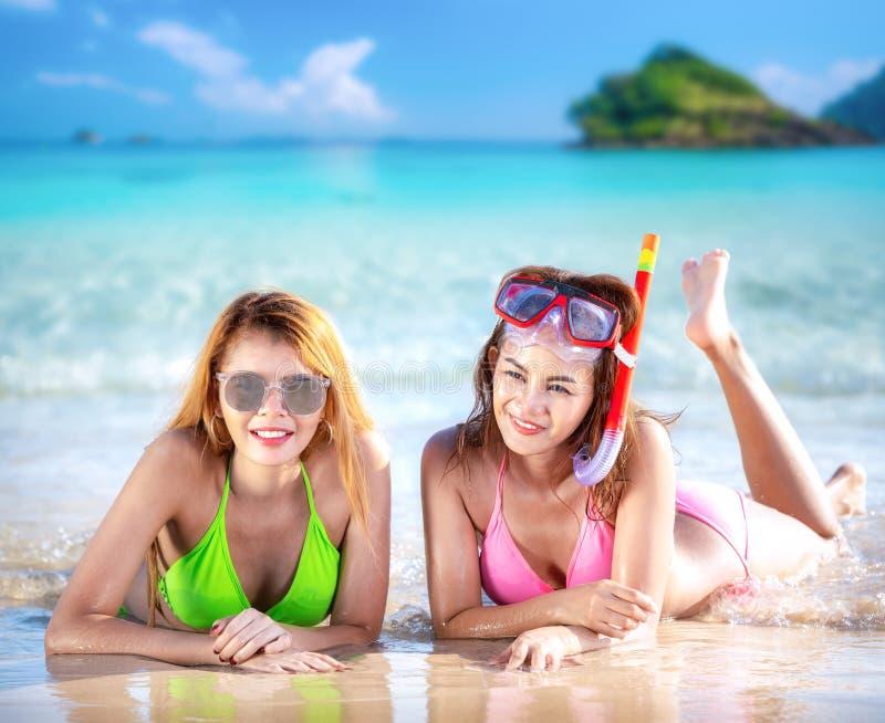 Sueño de la señora y relajarse en la playa en el centro turístico de Tailandia imagen de archivo