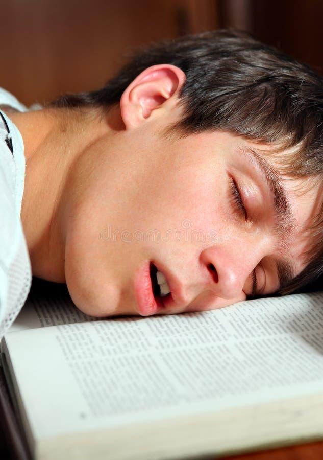 Sueño del estudiante en el libro foto de archivo