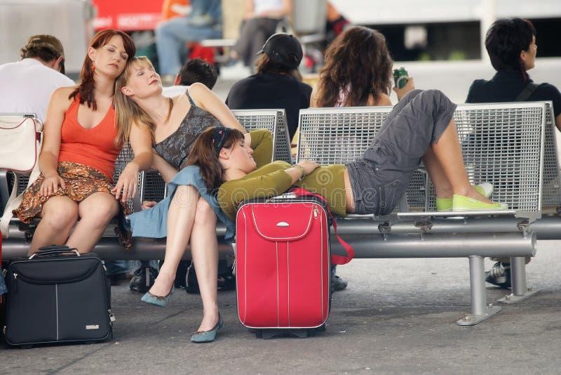 Sueño durante espera en el transporte retrasado foto de archivo libre de regalías