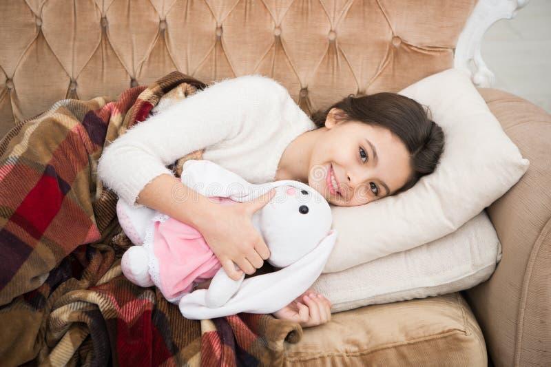 sueño feliz de la niña en cama Felicidad de la niñez Buenas noches pequeño niño de la muchacha Sueños dulces Familia y amor imagenes de archivo
