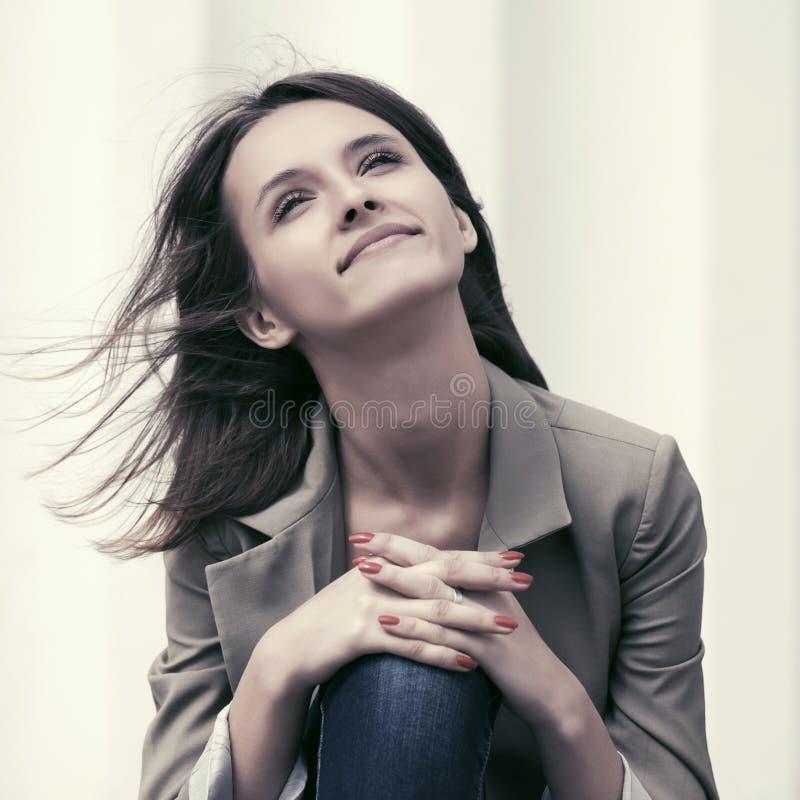 Sueño feliz del día de la mujer de la moda de los jóvenes al aire libre foto de archivo libre de regalías