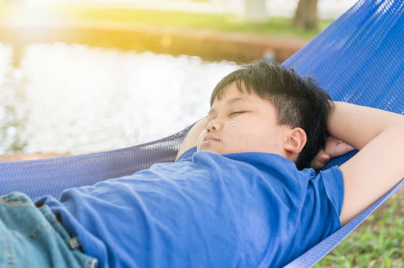 Sueño gordo obeso del muchacho en cuna imagenes de archivo