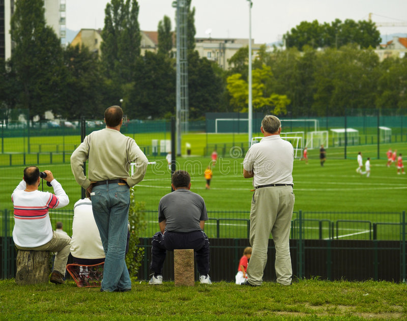 Sueño/padres de oro que miran el juego de fútbol foto de archivo